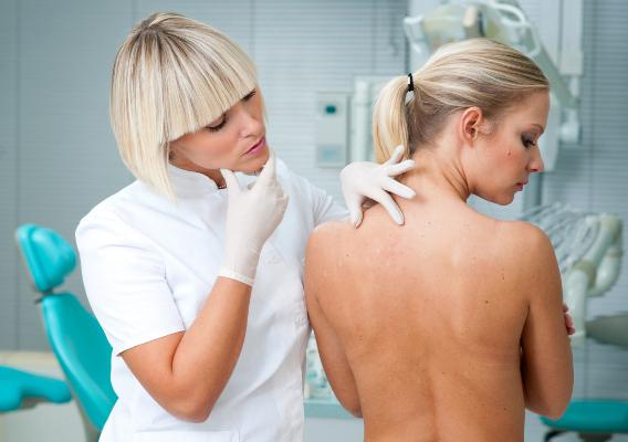Осмотр пациентки с симптомами крапивницы