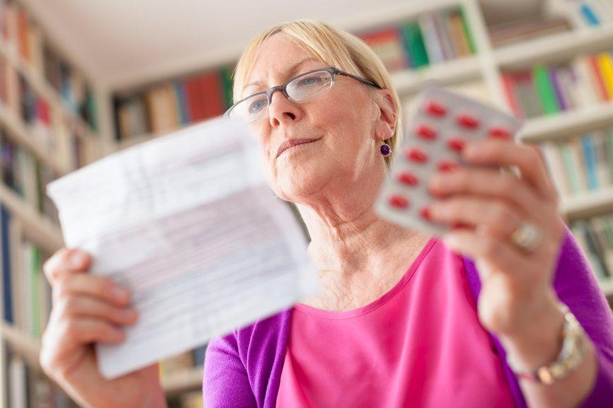 Женщина изучает инструкцию Гепатрина