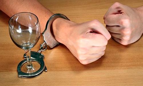 Мужчина, прикованный наручниками к бокалу