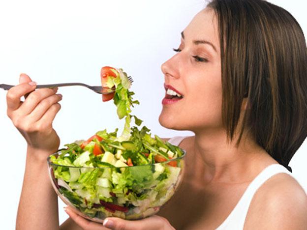 Девушка кушает диетический салат