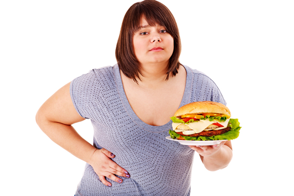 Полная женщина с гамбургером в руках
