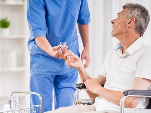 Врач подает пациенту лекарстов