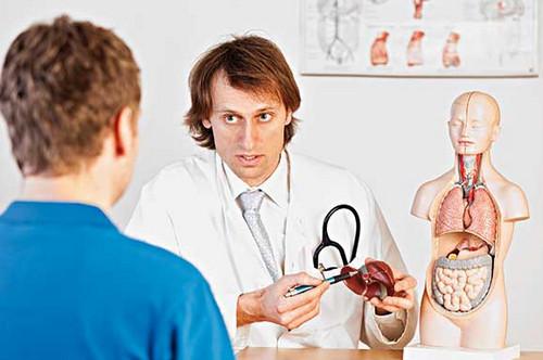 Врач рассказывает пациенту о болезнях печени