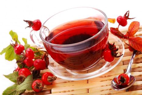 Чашка чая из шиповника и ягоды