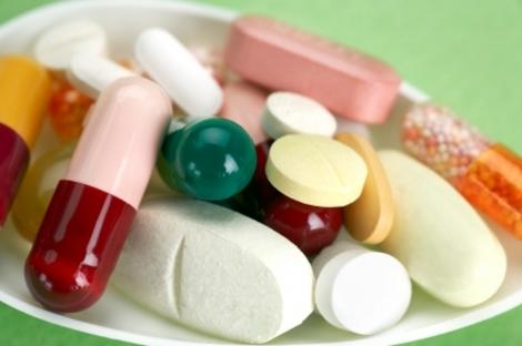 Горсть различных таблеток от болей в печени
