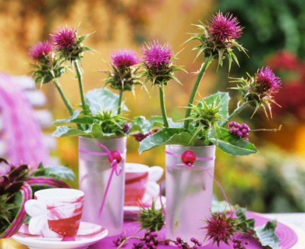 Цветы расторопши в вазе стоят на столе