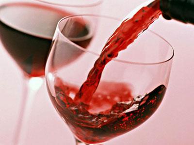Вино наливается в бокал
